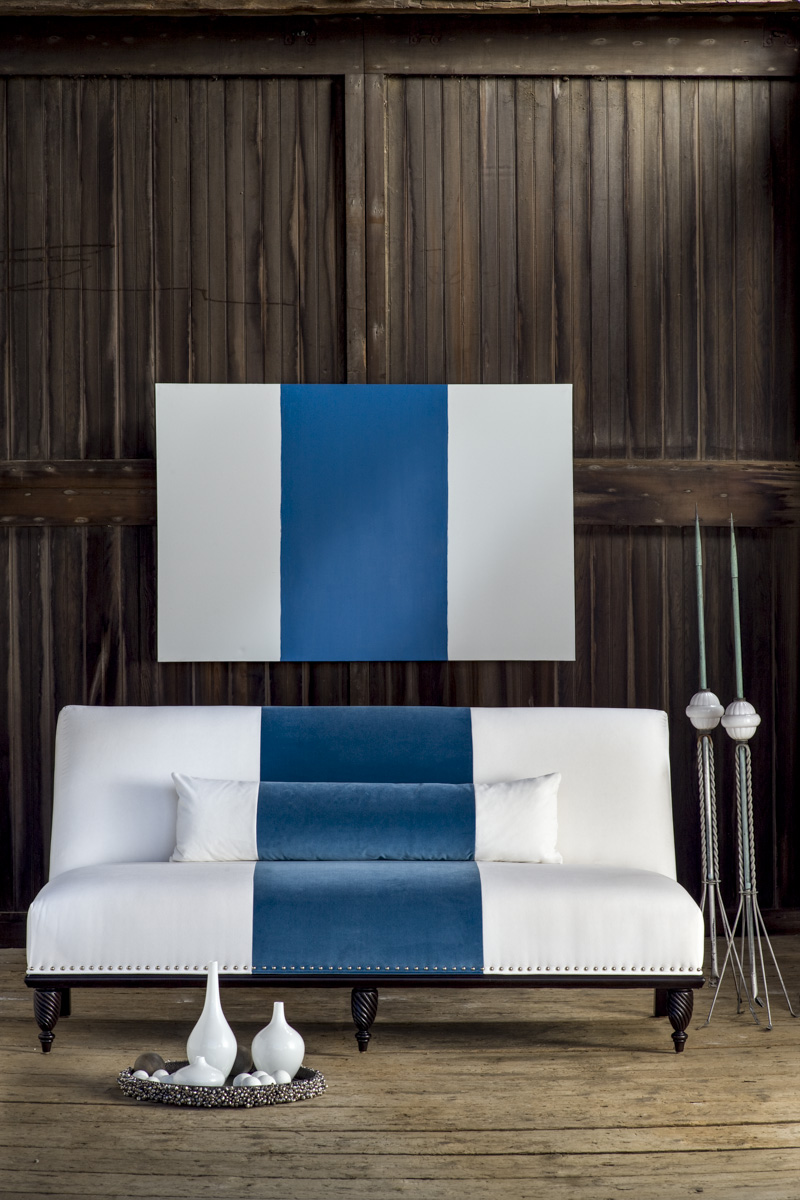 blue-white_couch1_013IP